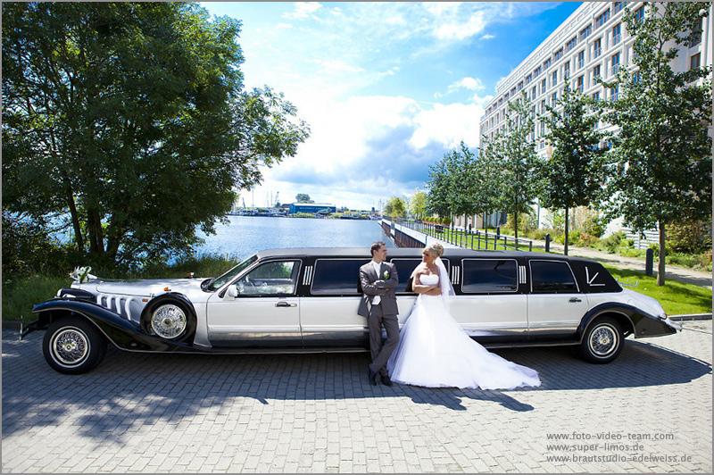 Brautpaar  neben unserer Excalibur Limousine von Super Limos