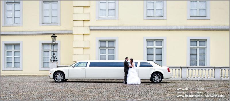 Brautpaar neben unserer Chrysler Limousine von Super Limos. Limousinenservice Dortmund, Münster, Rheine.