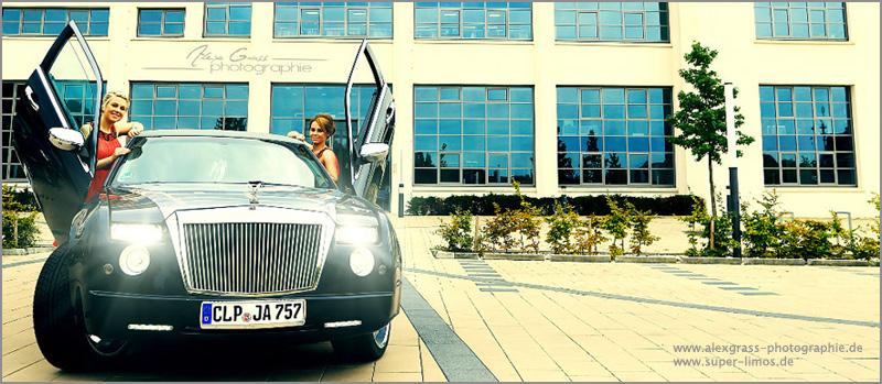 Trauzeugen  neben unserer Phantom Limousine von Super Limos